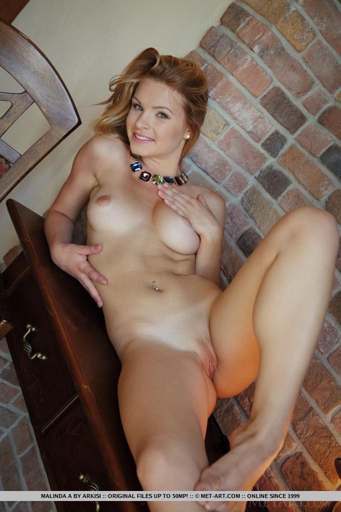 Linda Novinha Pelada Exibindo sua Buceta Carnuda