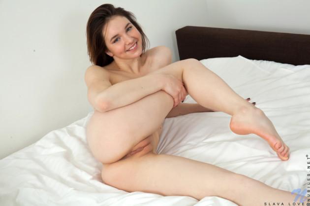 Novinha Gostosa Tirando o Shortinho Mostrando a Buceta Inchada
