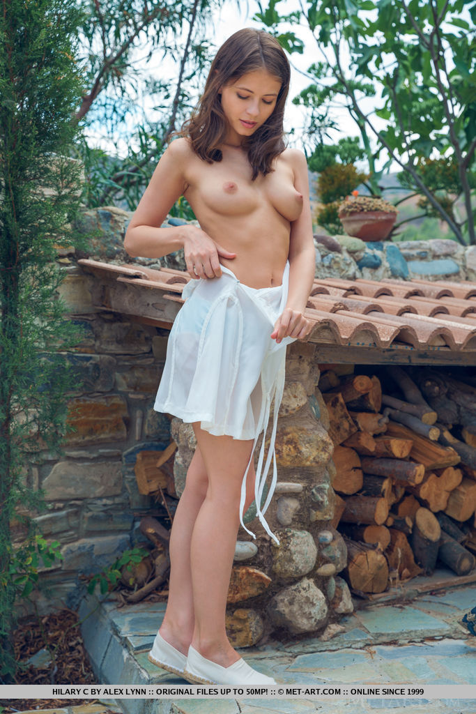 Novinha Peladinha Mostrando os Peitos e a Buceta Vermelhinha