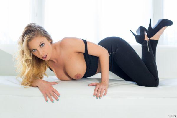 Fotos de loirinha tarada fazendo striptease