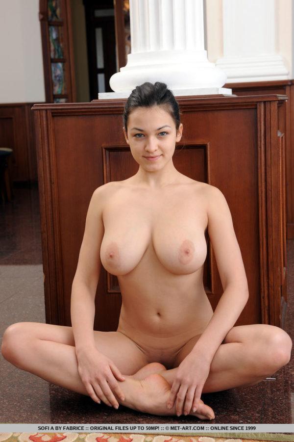 Novinha bucetuda dos peitos grandes pelada