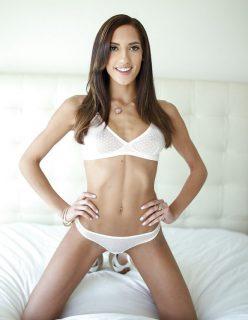 Novinha de lingerie branca mostrando a buceta gostosa