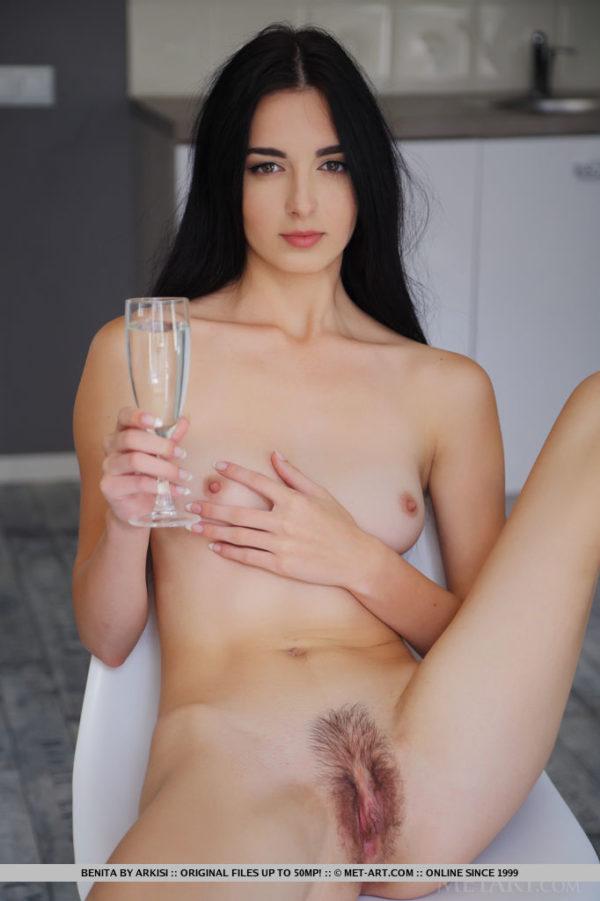 Linda ninfeta pelada mostrando a buceta cabeluda