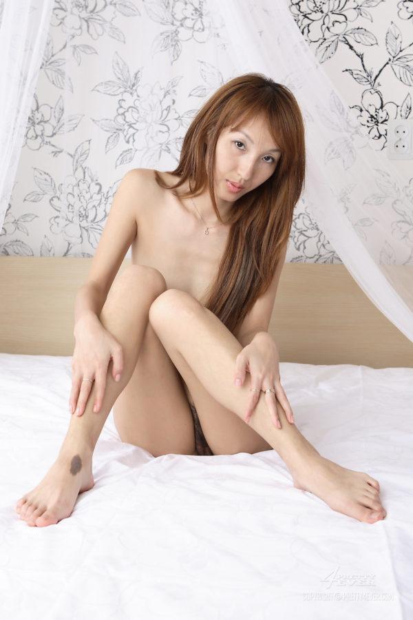 Japonesa novinha pelada mostrando a buceta peluda