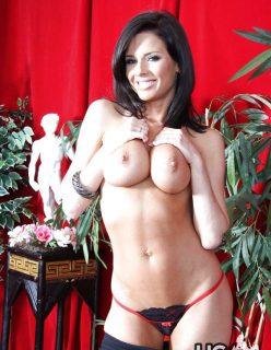 Moreninha vagabunda fazendo striptease