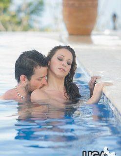 Casal fazendo sexo gostoso na piscina