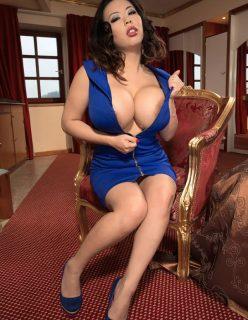 Asiática gostosa nua mostrando os peitos grandes