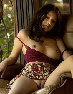 Novinha sem calcinha exibindo a buceta lisinha