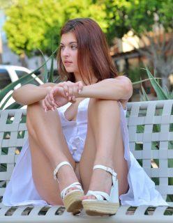 Ruivinha de vestido sem calcinha mostrando a buceta na rua