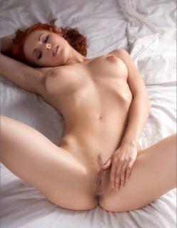 Ruivinha sexy deliciosa peladinha na cama