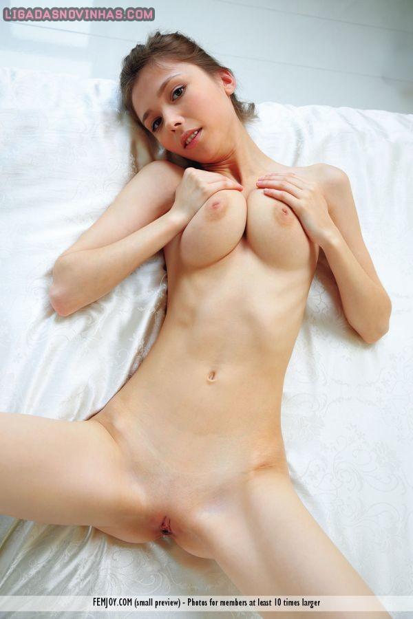 Novinha linda de 18 aninhos peladinha na cama