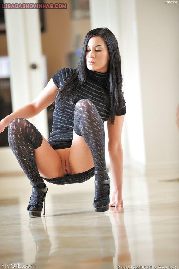 Novinha sensualizando de vestidinho sem calcinha
