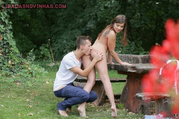 Novinha gostosa dando o cuzinho no parque