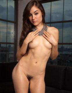 Sasha Grey nua exibindo sua bucetinha peluda