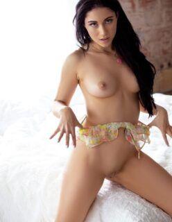 Linda Morena Mostrando a Bucetinha