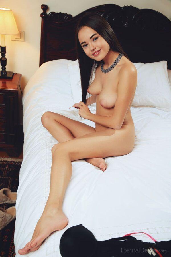 Ninfetinha Sexy Com Bucetinha Carnuda Lisinha