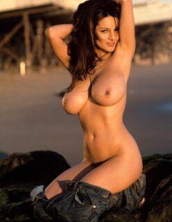 Modelo Peituda Nua na Praia
