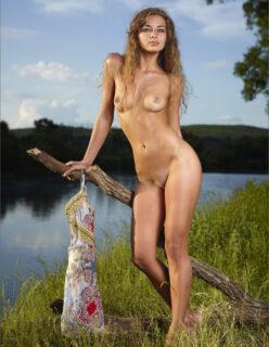 Novinha de Cabelos Loiros Nua ao Ar Livre